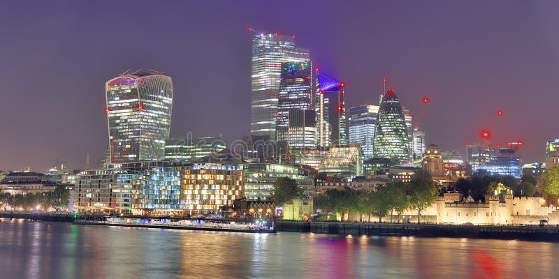 Londyn, Zjednoczone Królestwo - 24 listopada 2019 r.: Widok nocny na londyńskiej Skyline w Thamse River zdjęcie royalty free