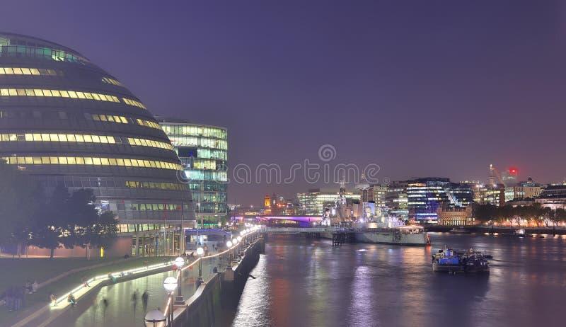 Londyn, Zjednoczone Królestwo - 24 listopada 2019 r.: Widok nocny na londyńskiej Skyline w Thamse River zdjęcia royalty free