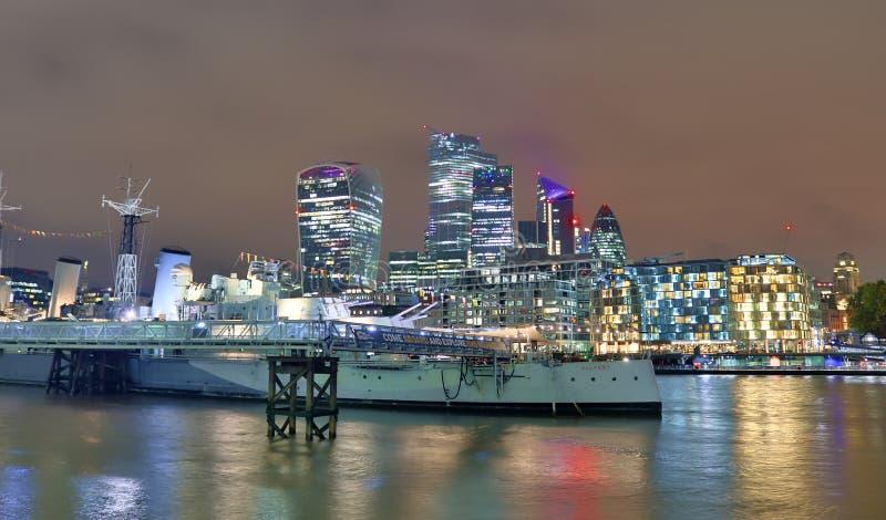 Londyn, Zjednoczone Królestwo - 24 listopada 2019 r.: Widok nocny na londyńskiej Skyline w Thamse River obrazy royalty free