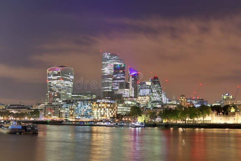 Londyn, Zjednoczone Królestwo - 24 listopada 2019 r.: Widok nocny na londyńskiej Skyline w Thamse River fotografia royalty free