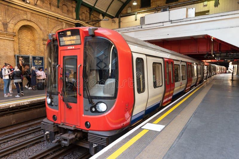 Londyn Zjednoczone Królestwo, Maj, - 12, 2019: Londyński stacji metrej wnętrze System słuzyć 270 stacji, 402 obraz royalty free