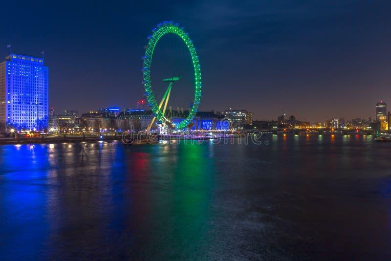 Londyn Londyn, Zjednoczone Królestwo, Marzec,/- 16, 2014: Nocy długi ujawnienie London Eye z Świątobliwym Patrick zielonym kolore zdjęcie royalty free