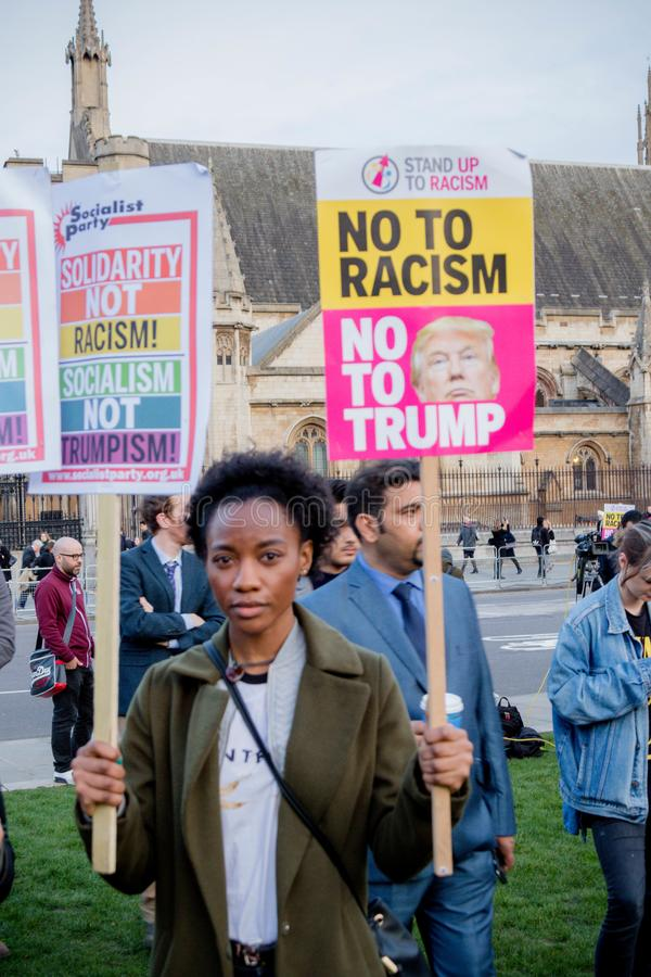 Londyn Zlany Kingdon, Luty, - 20th, 2017: Protestujący zbierają w parlamentu kwadracie protestować zaproszenie Stany Zjednoczone  obraz stock