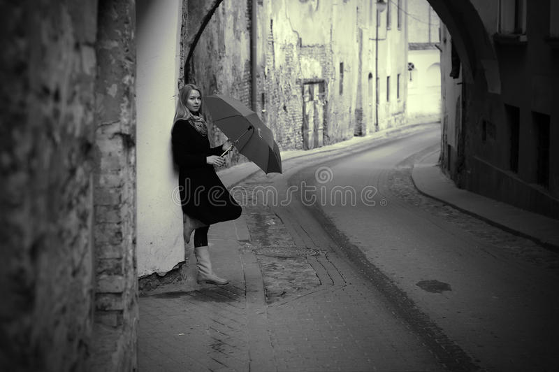 lonelly retro gataparaplykvinna royaltyfri fotografi