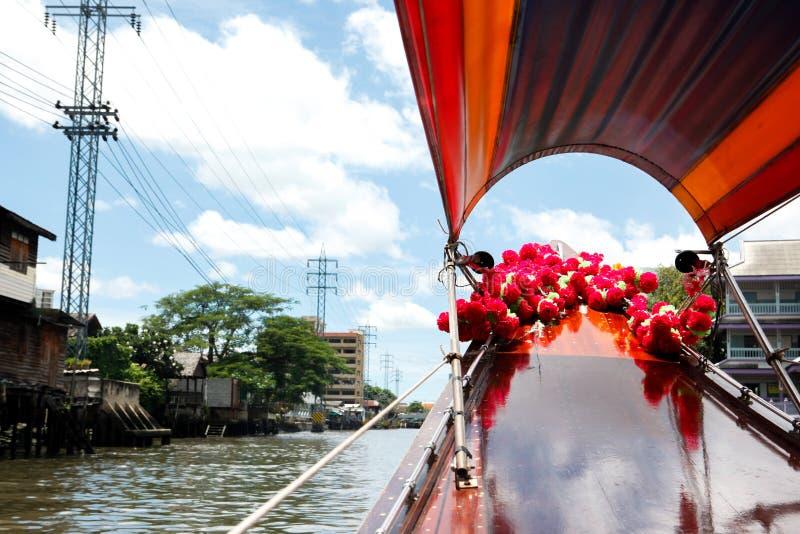 Long bateau thaïlandais en rivière de Bangkok, Thaïlande image libre de droits