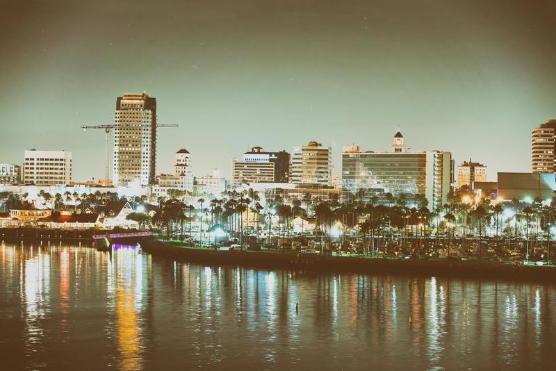 LONG BEACH, CA - 31 LUGLIO 2017: Orizzonte della città alla notte Beac lungo immagine stock