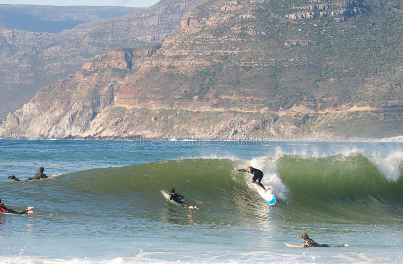 Long Beach, Cape Town, Zuiden 15,2014 Afrika-Juni: Surfer in Kommetjie stock afbeelding
