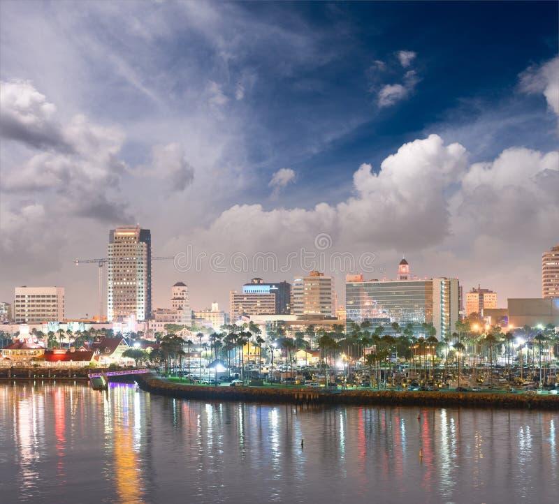 Long Beach miasta linia horyzontu przy nocą, Kalifornia fotografia royalty free