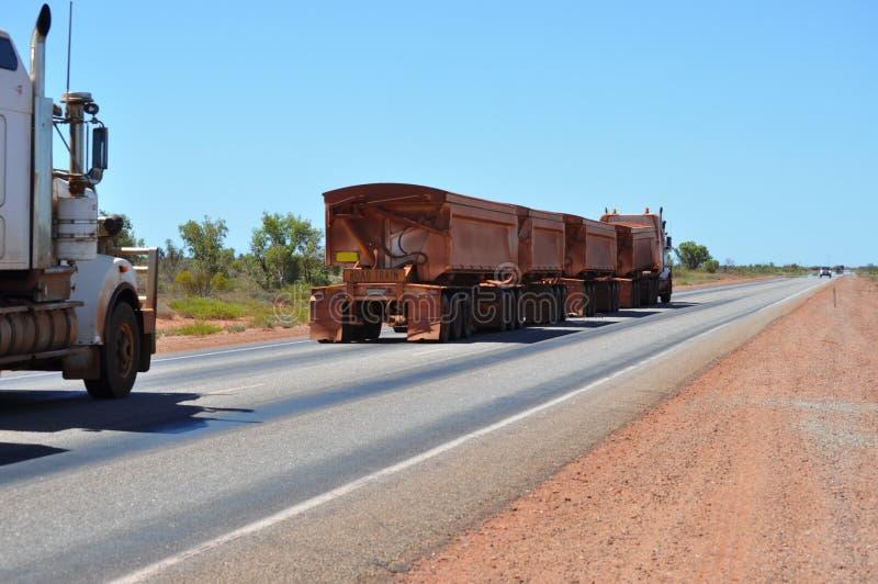 Long camion de Roadtrain dans l'Australie photographie stock