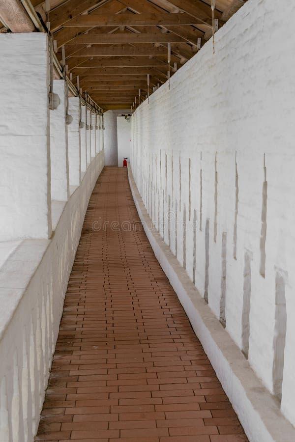 Long couloir étroit dans un vieux bâtiment photographie stock libre de droits