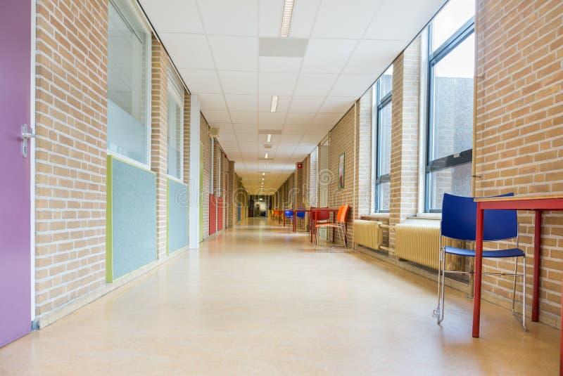 long couloir avec des meubles dans le b timent scolaire photo stock image du armoire. Black Bedroom Furniture Sets. Home Design Ideas