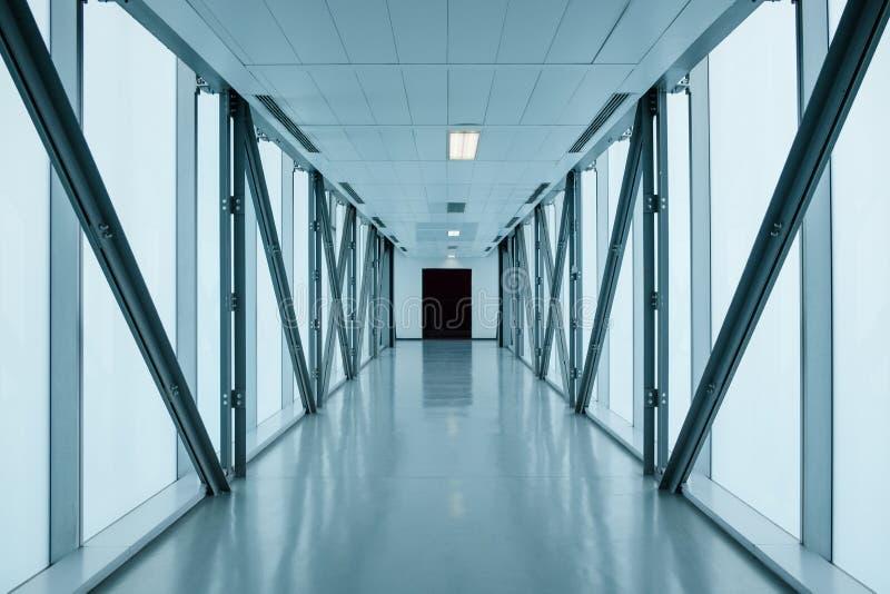 Long couloir vide dans le bâtiment moderne photos libres de droits