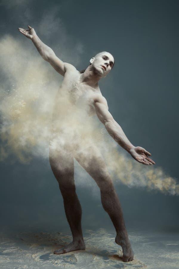 Long danseur d'homme de muscle de cheveux en poussière photos libres de droits