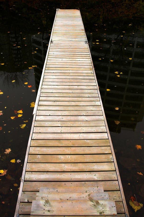 Long dock en bois photographie stock libre de droits