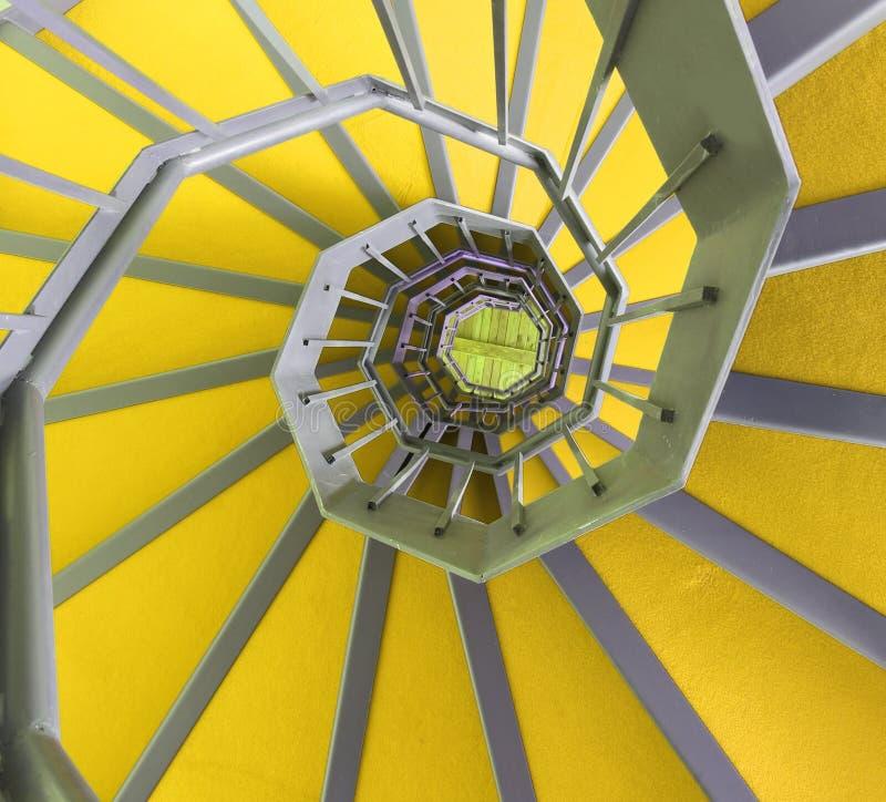 Long escalier en spirale avec le tapis de ywllow images stock