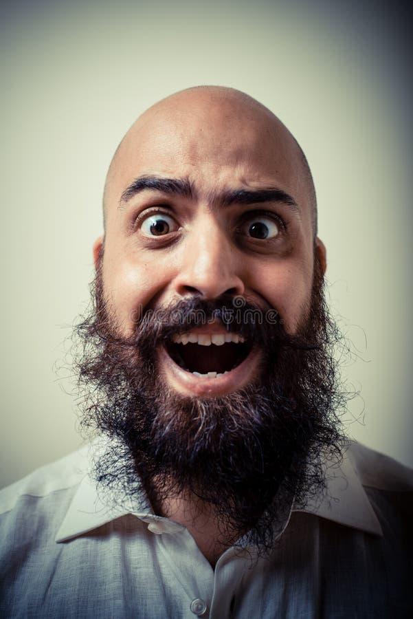 Long homme drôle de barbe et de moustache avec la chemise blanche images stock