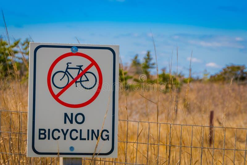 LONG ISLAND, EUA, ABRIL, 17, 2018: Ideia exterior do sinal informativo de nenhuma área bicycling na estrutura metálica, encontrad fotografia de stock