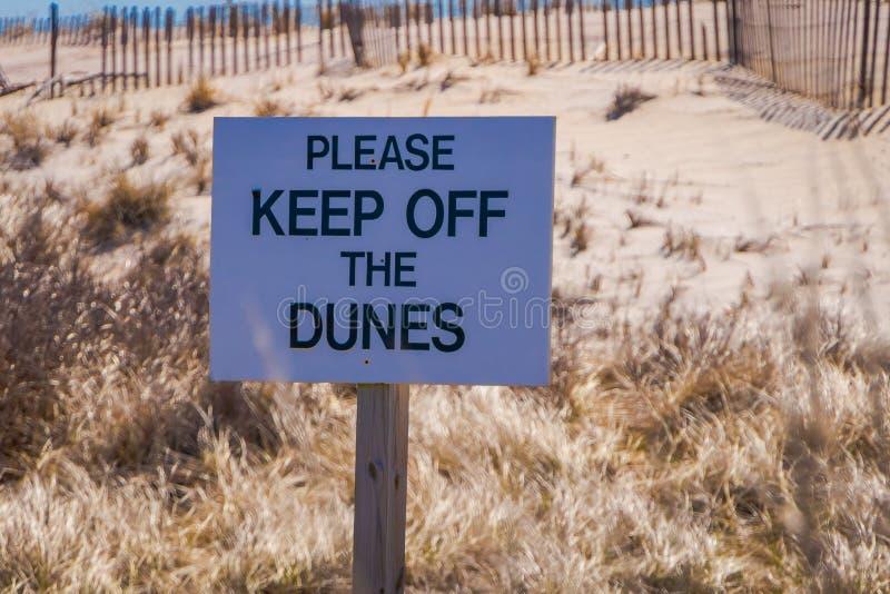 LONG ISLAND, LOS E.E.U.U., ABRIL, 04, 2018: La vista al aire libre de la muestra informativa de por favor evita las dunas situada foto de archivo libre de regalías