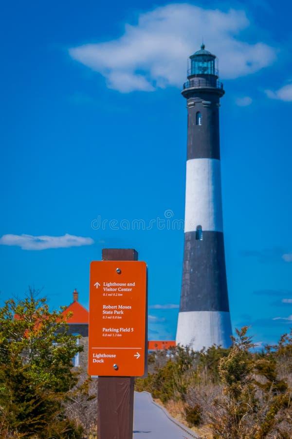 LONG ISLAND, USA, APRIL, 04, 2018: Ansicht im Freien des orange informativen Zeichens der Leuchtturmmitte gelegen am Freien von stockfotografie