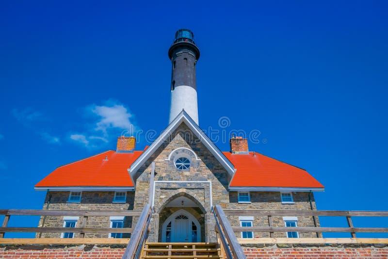 LONG ISLAND, USA, APRIL, 17, 2018: Unterhalb Ansicht der im Freien des Montauk-Punkt-Leuchtturmes, der älteste Leuchtturm in New  lizenzfreies stockbild