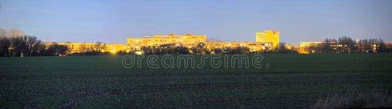 Long panorama de nuit d'exposition de secteur suburbain de Plattenbau de Greifswald, Allemagne photos stock