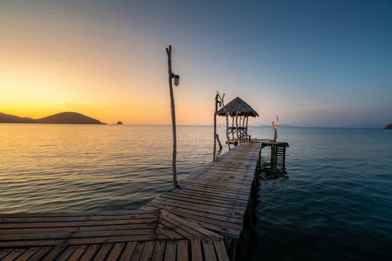 Long pont en bois en belle plage tropicale d'île - Koh Mak dans Trat, Thaïlande photos libres de droits