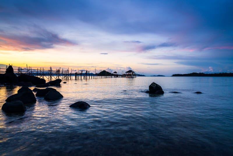 Long pont en bois en plage tropicale d'île au coucher du soleil Koh Mak, Trat Thaïlande photographie stock libre de droits
