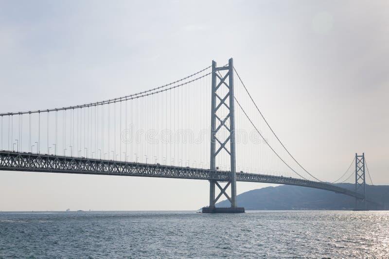 Long pont suspendu au-dessus d'océan images libres de droits