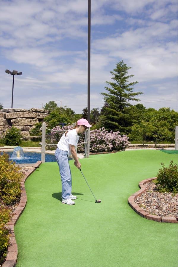 Long putt sur le mini terrain de golf photographie stock libre de droits