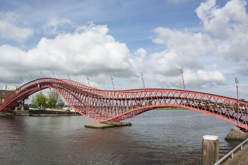 Long python moderne rouge de pont à Amsterdam pendant le jour photos stock