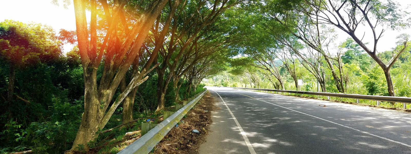 Long Road to Geurutee, Lamno, Aceh Jaya arkivbilder