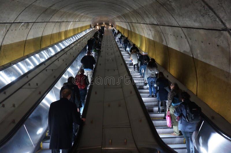 Long tour vers le haut de l'escalator photographie stock