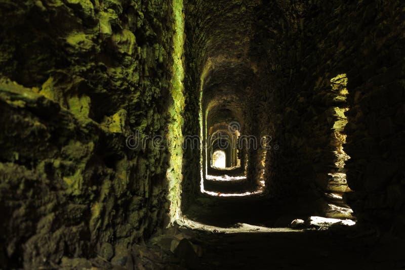 Long tunnel étroit dans le château médiéval photos libres de droits