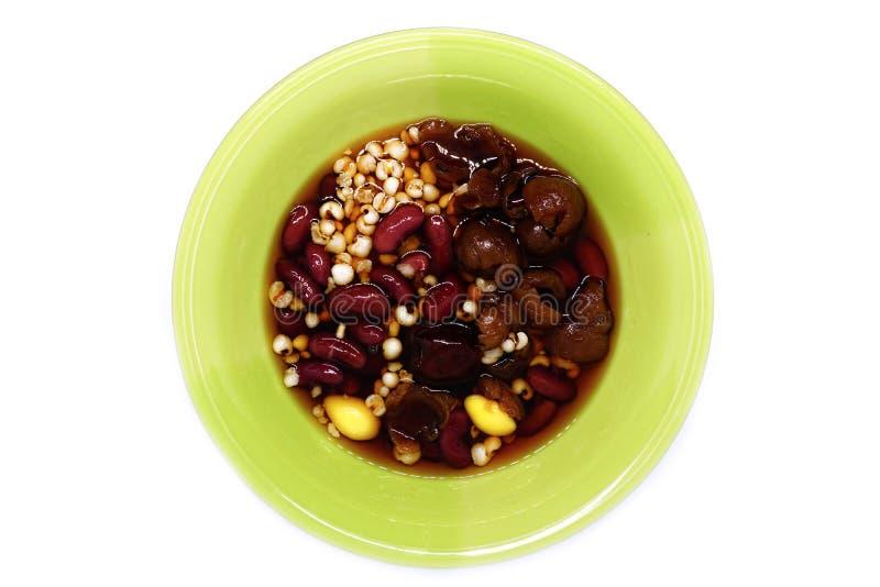Longan, maçã do macaco, feijão vermelho, painço e gingko no xarope fotos de stock
