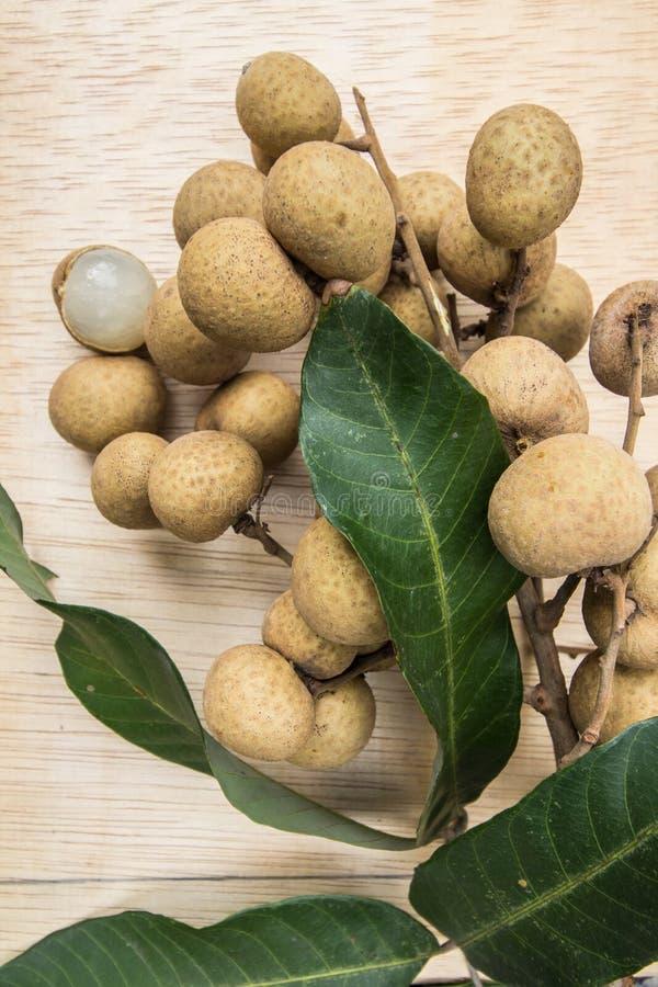 Longanen för den bästa sikten bär frukt med wood bakgrund arkivbilder