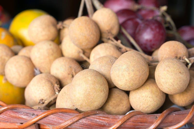 Longans свежести и красные виноградины предпосылка, фокус на longans стоковая фотография rf