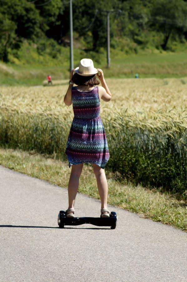 草、Longboard、滑板、踩滑板的设备和供应 免版税库存照片