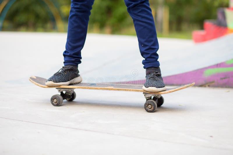 Longboard-Mädchen auf Straße am schönen Sommerabend, langes Brett stockbilder