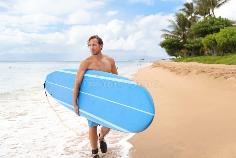 Longboard que va del hombre de la persona que practica surf que practica surf en la playa de Maui fotos de archivo
