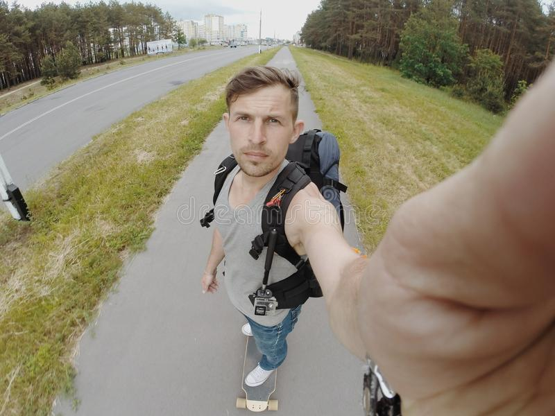 Longboard selfie, facet przejażdżki fotografia royalty free