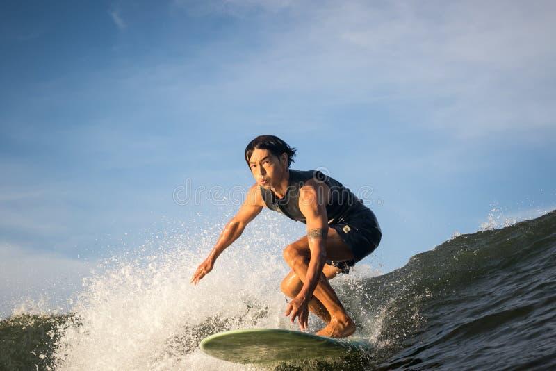 Longboard surfareritter in mot vattenkameran royaltyfri fotografi