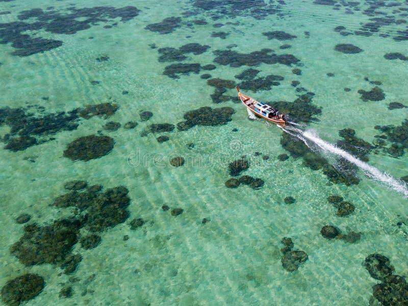 Longboat от трутня около моря Lipe Andaman Koh стоковые фотографии rf