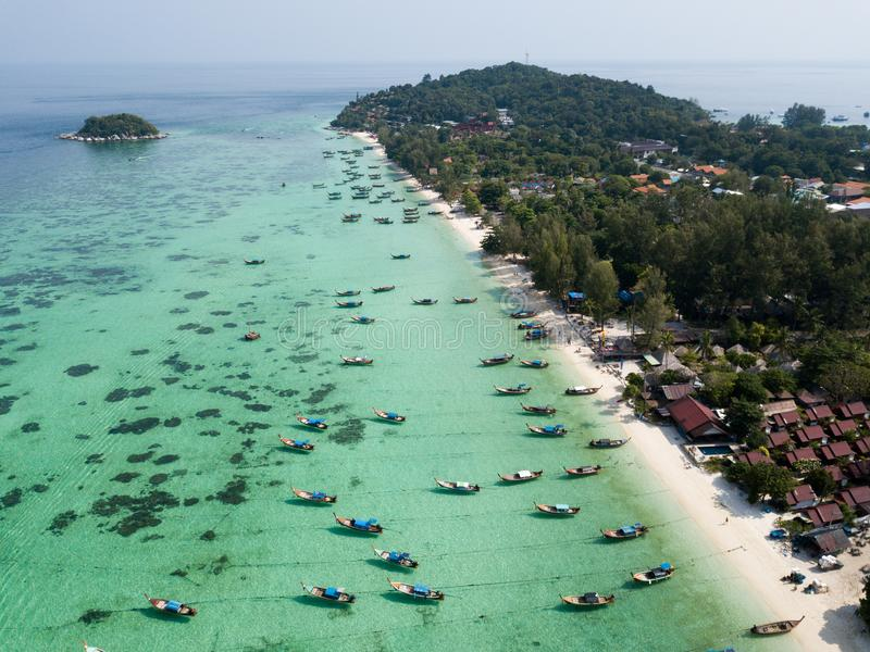 Longboats на Koh Lipe приставают море к берегу Andaman, стоковое изображение