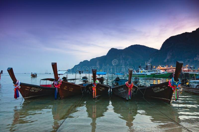 Longboats no por do sol na phi da phi imagem de stock royalty free