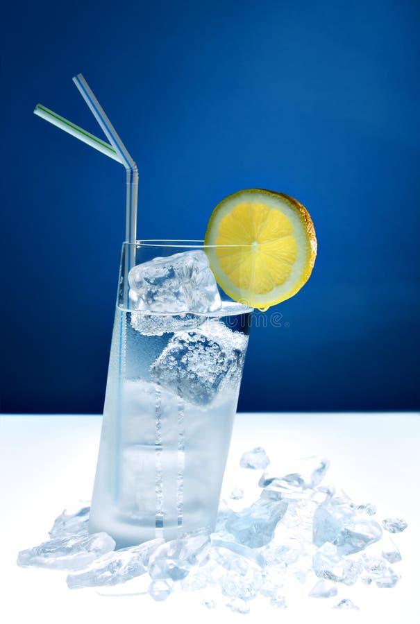 Longdrink refrigerado no vidro inclinado imagens de stock royalty free