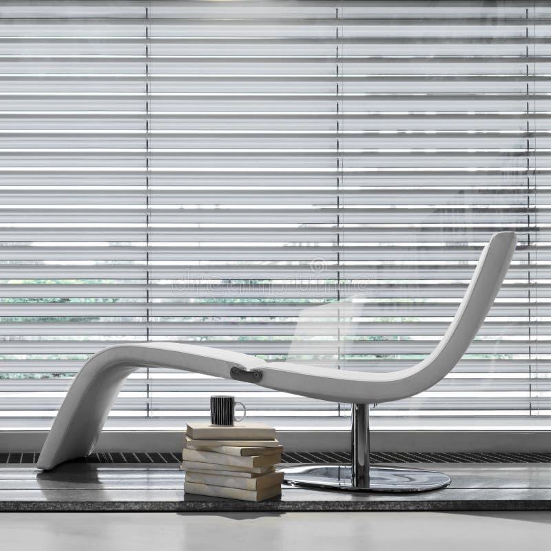 Longe moderno do chaise do couro branco imagem de stock