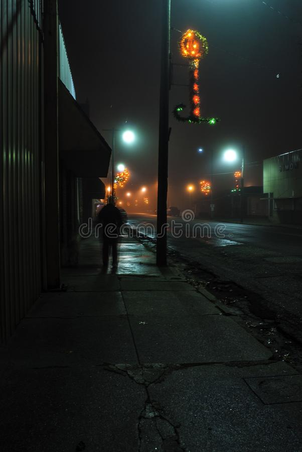 Longely una figura en una noche de niebla en el vertedero céntrico, Kansas durante tiempo de la Navidad imagenes de archivo