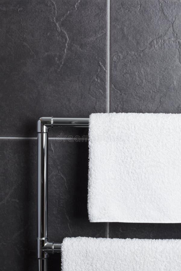 Longeron d'essuie-main dans la salle de bains image libre de droits