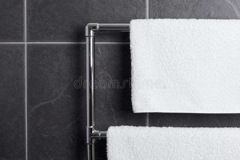 Longeron d'essuie-main dans la salle de bains photographie stock libre de droits