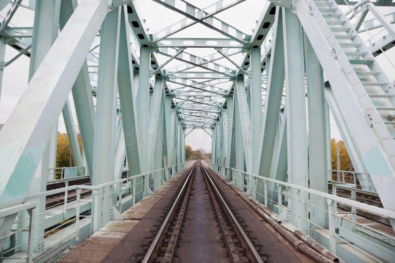 Longerons de pont de chemin de fer de fer. vue de point de vue photo libre de droits